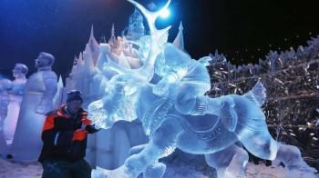 Ruski vajar Sergej Asev finišira svoju ledenu sklpturu