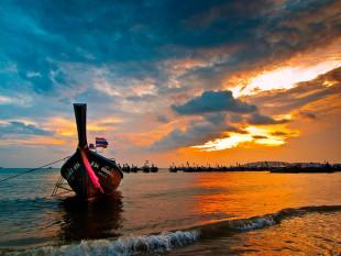 Boat waiting on the beach / Ao Nang / Thailand / 27.01.2011