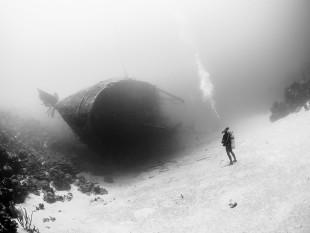 na-vodi_diver-wreck-bonaire