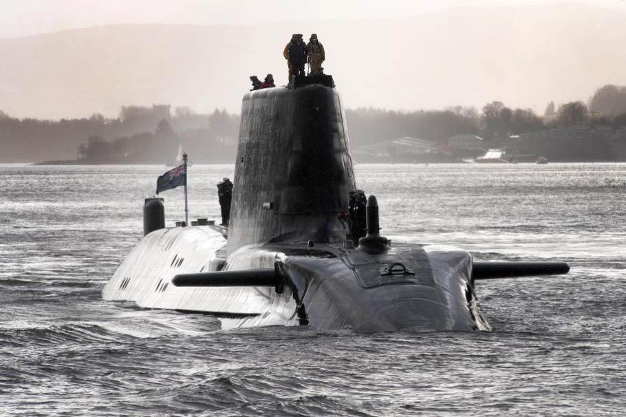 NA_VODI_engleska_podmornica01
