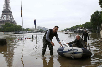 NA_VODI_pariz_poplava01